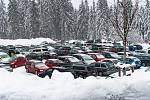 O sníh na Šumavě není nouze, ale komplikuje parkování.
