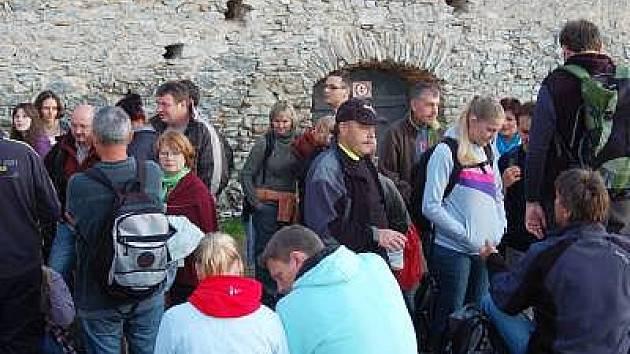Diváci netrpělivě čekali na začátek představení Hamlet na hradě Kašperk.
