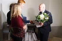 Cenu za 1. místo v kategorii nad 1000 obyvatel převzal starosta Železné Rudy Michal Šnebergr, cenu mu předává Martina Filipová z Ekokomu.
