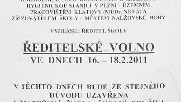 Oznámení, které viselo na dveřích Šafránkovy základní školy a mateřské školy Nalžovské Hory.