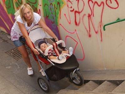 Problémy s podchodem mají v Klatovech  i maminky s kočárky. Absolvovat projížďku podchodem na Plzeňské ulici je pro ně nelehký úkol.