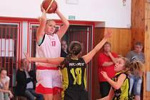 Nadregionální soutěž starších žaček: BK Klatovy (v bílém) - HB Basket Praha 81:39.