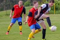 Fotbalisté hradešického Sokola (na snímku hráč vpravo) uspěli v Nezamyslicích (hráči v červeném) 2:1.