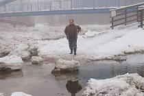 Ledové kry zatarasily ve Velkých Hydčicích Otavu