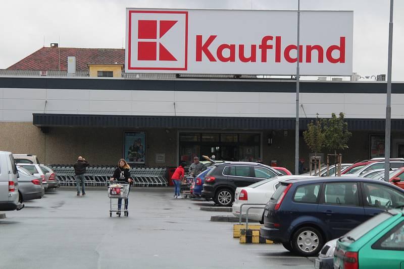 Parkoviště v sobotu u obchodů v Klatovech a v Sušici.