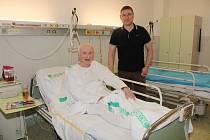 Prvním operovaným pacientem byl Petr Malý ze Sušice, na snímku je s ředitelem Sušické nemocnice Václavem Radou.