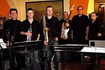Na festivalu Jazz bez hranic se představí i klatovský Ave Band se svým frontmanem Janem Auermüllerem (třetí zleva).