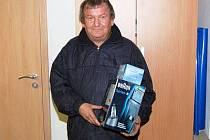 Pro cenu za celkové druhé místo v podzimní Fortuně lize čtenářů Deníku, holicí strojek Braun, si do redakce přišel Václav Rendl z Volšov.