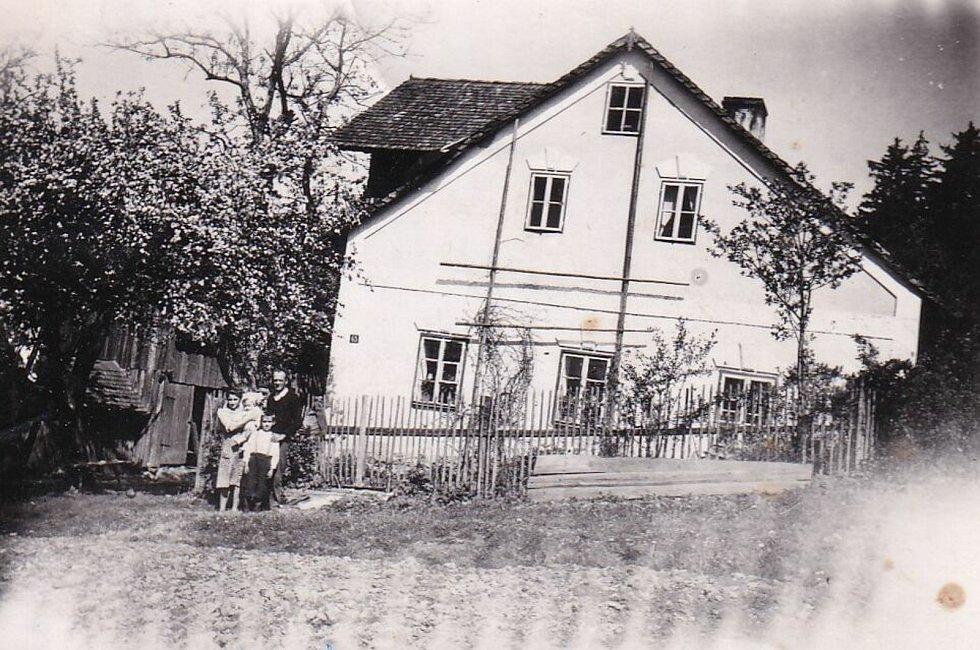 Rodina Rethmeierova před rodným domem.