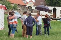 Šéf Excaliburu František Berousek (druhý zprava) vysvětluje některým z příchozích, proč souboje neuvidí.