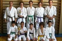 Úspěšní svěřenci trenérů Tomáše Zazvonila (vzadu vlevo) a Pavla  Pošara  (vzadu vpravo)  z oddílu karate Narama Klatovy