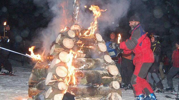 Jako každý rok sjeli na Silvestra nejprudší šumavskou sjezdovku Šance na Špičáku s pochodněmi v rukou členové Horské služby Šumava a šumavští lyžaři.