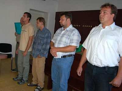 Pětice mužů z Domažlicka (zprava Jiří Macháček, Miroslav Gala, Martin Slámečka, Petr Slamec a Miroslav Mašek) stanula včera před klatovským soudem, kde se začal projednávat případ pytlačení lesní zvěře na Domažlicku a Klatovsku.