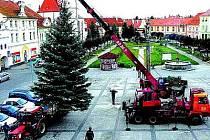 Stavění vánočního stromu v Horažďovicích