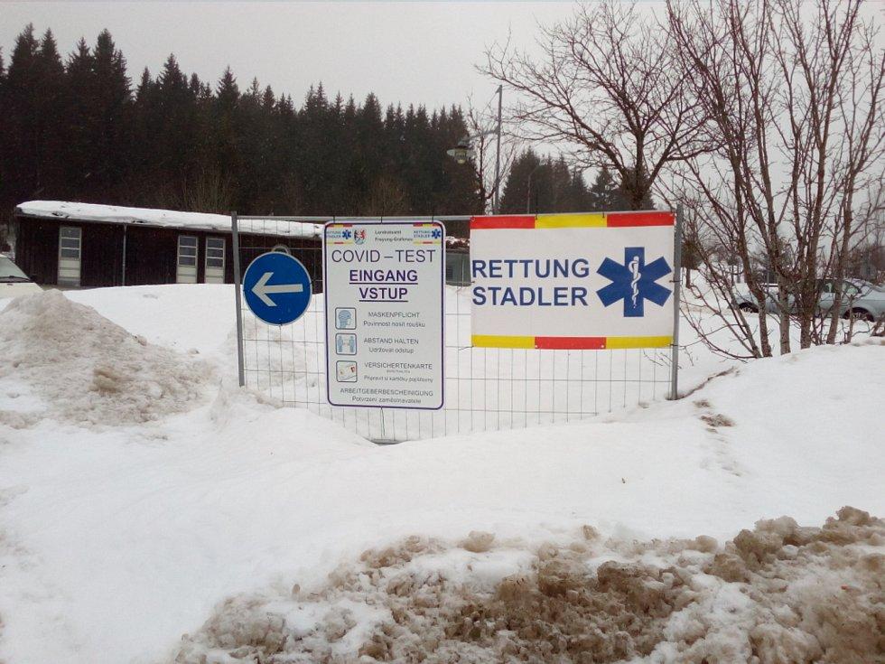 Fronta na testy na koronavirus na česko-německé hranici na přechodu Strážný na německé straně hranice v sobotu 30. ledna 2021 dopoledne. Na test čekalo v deset hodin dopoledne zhruba padesát lidí.