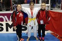 MLADÉ KLATOVSKÉ KARATISTKY NA MALTĚ (zleva) Kristýna Černá, Radka Ouřadová a Lucie Měsíčková.