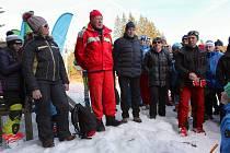 Při pietním aktu promluvil Emil Kintzl (v červeném oblečení), legenda šumavského lyžování, kterému tragický den připadl současně na jeho 85. narozeniny. Po jeho levici stojí Jaroslav Dolejší, bývalý vynikající sportovec a později až dosud obětavý sportovn