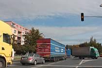 Kolony vozidel jen pomalu projíždějí po Plzeňské ulici