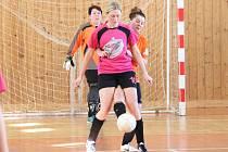 Zimní dívčí amatérská fotbalová liga 2016/2017: Plánice (oranžové dresy) - Kobra Stars 3:5