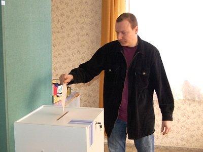 Volební lístek vhazuje do urny předseda volební komise Milan Janoch