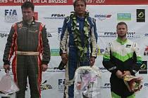 Stupně vítězů divize TouringAutocross v závěrečném závodě ME v autokrosu 2017 v St. Igny de Vers. Zleva Otakar Výborný, Václav Fejfar a Martin Samohýl.