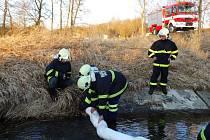 U Plánice unikly do řeky ropné látky.