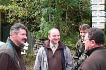 Náměstek ředitele NP Šumava Jiří Mánek (druhý zleva) diskutuje se slovenskými odborníky.