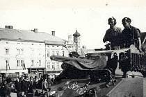 Příslušníci čsl. samostatné obrněné brigády z Velké Británie s lehkými tanky M5 Stuart na klatovském náměstí 19. 5. 1945.