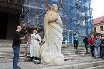 Návrat sochy Panny Marie Neposkvrněné na kostel v Klatovech.