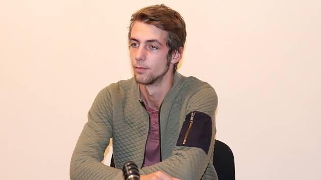 Petr Kunz (20) z Dešenic u klatovského soudu.