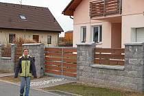"""""""Žít na vesnici mi nevadí, je tu rozhodně klid a město mi ani nechybí,"""" charakterizovala výhody života na vesnici Kateřina Funfálková z Čínova (na snímku)."""