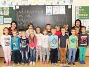 Žáci 1. C ze ZŠ Horažďovice, Komenského s třídní učitelkou Alenou Tesařovou a asistentkou Lenkou Turkovou (vlevo).