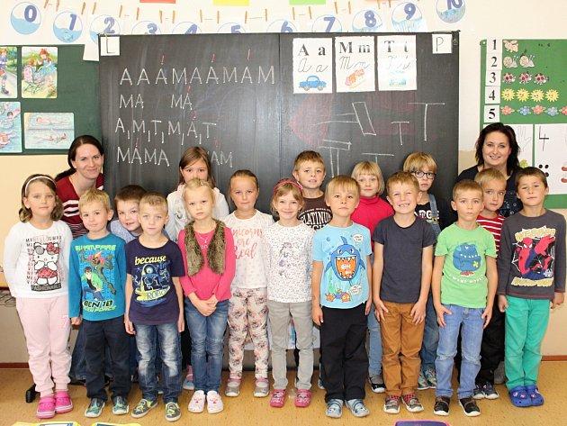 Žáci 1.C ze ZŠ Horažďovice, Komenského střídní učitelkou Alenou Tesařovou a asistentkou Lenkou Turkovou (vlevo).