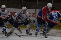 Ligoví junioři HC Klatovy (v bílém) porazili doma Děčín 5:2.