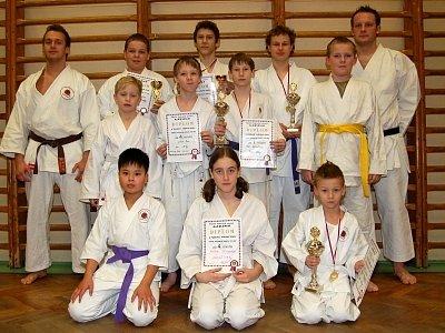 Členové klatovského karate týmu Narama s diplomy a poháry.