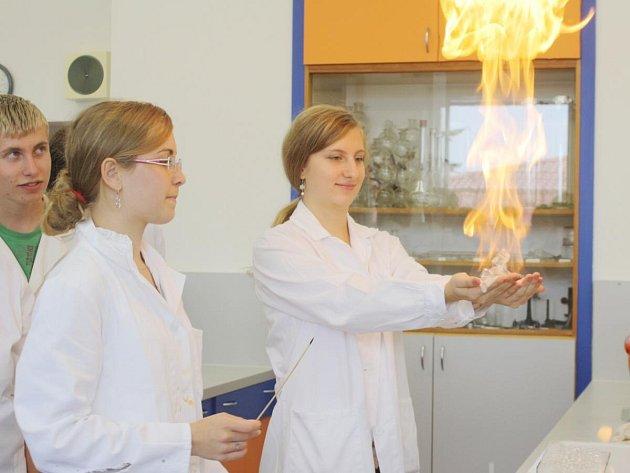 Na gymnáziu v Klatovech otevřeli novou chemickou laboratoř