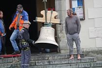 Návrat zvonů do kostela sv. Markéty v Kašperských Horách.