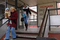 Poté, co v areálu Klatovské nemocnice, a.s., bude dokončena stavba monobloku, přijde na řadu také budova sousedící polikliniky. Vedení nemocnice zvažuje její přestavbu na bytové prostory pro lékaře a zdravotnický personál.