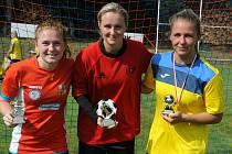 Oceněné fotbalistky. Zleva Markéta Pitulová (nejlepší střelkyně turnaje), Sára Vršatová (nejlepší brankářka) a Alice Boučková (nejlepší hráčka).