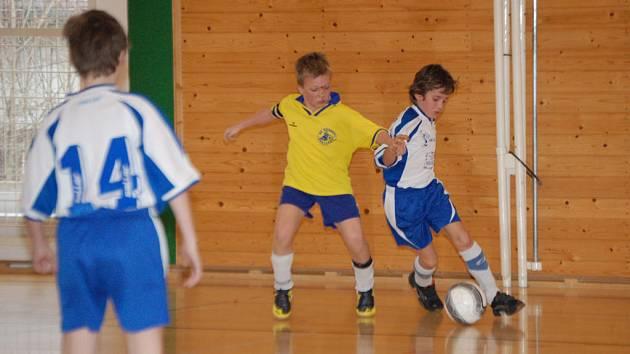 Při halovém fotbalovém turnaji starších přípravek v Klatovech podlehl tým Sušice A družstvu z Rokycan 0:1. V akci je sušický Jan Kubinec a Jan Kalaš (ve žlutém).