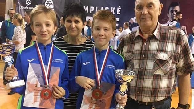Anika Draheimová (vlevo) a Kryštof Ruža (druhý zprava) dosáhli na MČR velkého úspěchu.
