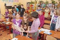 Třeťáci, čtvrťáci a páťáci dlouhoveské základní školy při hudební výchově