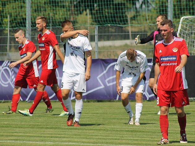 Fotbalisté Klatov (v červeném) na archivním snímku.
