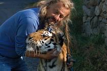 Principál Cirkusu JO-JOO Jaromír Joo se svými tygry