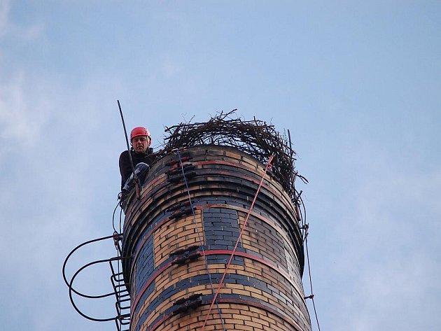 Instalace čapího hnízda na 40 m vysoký komín v klatovském Klatexu.
