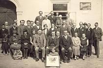 Historické fotografie a plakáty ochotnického spolku Tyl v Chudenicích. Fotografie jsou z archivu Starého černínského zámku v Chudenicích.