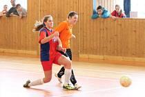 Zimní Dívčí amatérská fotbalová liga 2016/2017: Šelmy Blovice (červené dresy) - Plánice 1:0