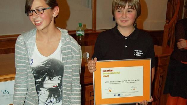Diplom za vítězný projekt převzali velhartičtí školáci (na snímku Karolína Kolářová a Václav Volf) začátkem listopadu v Západočeském muzeu v Plzni.