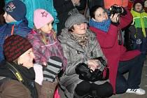 Sobotní slavnostní rozsvícení vánočního stromu bylo v Chudenicích premiérou.