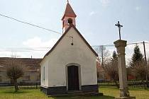 Novou střechou a zvoničkou se může pochlubit kaplička v Loužné.